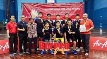 TAHNIAH: Pemain SMK Kuching High bersama gurunya, Chen Fong Hin serta Ashley dan Soh pada majlis penyampaian hadiah semalam.