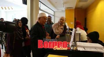NAMA BERITA: Dr. Jamilah benung ngerandau siku ari pesereta B40 ke datai nyerumba pengerami bejadika program Juh PeKa B40 ti diatur ba KK Petra Jaya ditu, kemari.