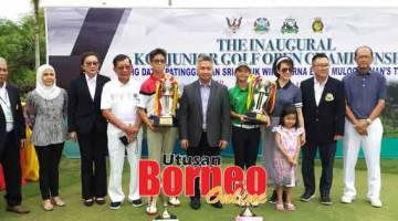 TERBAIK: Angel dan Cayden bersama (dari kanan) Hoan, Henry, Lorna, Snowdan, Dr Chan dan tetamu lain pada penutupan kejohanan golf remaja di KGS kelmarin.