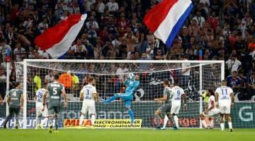 AKSI SEBENAR: Sebahagian daripada babak-babak aksi perlawanan Ligue 1 di antara Lyon dan Angers di Stadium Groupama di Lyon, Perancis. — Gambar Reuters