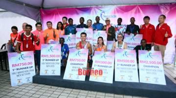 Para pemenang bergambar beramai-ramai dengan Abang Wahap (lima kanan) dan tetamu lain. - Gambar oleh Muhammad Rais Sanusi