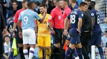 TIDAK PUAS HATI: Jesus mempertikai keputusan pengadil apabila jaringannya pada minit akhir perlawanan dibatalkan selepas semakan VAR pada perlawanan liga di Stadium Etihad, Manchester Sabtu Lepas. —  Gambar AFP