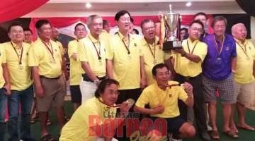 RAMPAS JUARA: Barisan pemain St Thomas Alumni meraikan kejayaan muncul juara golf Trofi Cabaran Datuk Abdul Karim Rahman Hamzah.