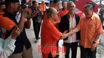 SELAMAT DATANG: Mohamad (kanan) tiba bagi perasmian Konvensyen BPR AMANAH Sarawak di Kuching semalam.