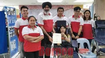 AKTIVITI MURNI: Karambir menyampaikan sijil penghargaan kepada penderma darah yang terlibat dalam kempen di Bintang Megamall semalam.
