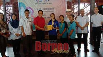 TAHNIAH: Lee (empat kiri) menyampaikan hadiah kepada pelajar SMK Kota Marudu Sabah selepas memenangi acara Bento sempena Sarawak Bon Fest 2019 semalam.