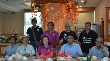 TOLAK BUDAYA KEBENCIAN: Soo (duduk tengah) bersama yang lain pada sidang media di Sibu, semalam.