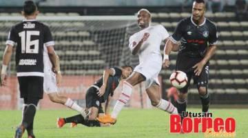 PERCUBAAN: Mendes (tengah) melakukan percubaan dalam perlawanan Piala Malaysia Sabah menentang Pahang di Stadium Likas, Sabtu lalu. Gambar ihsan Media SAFA.