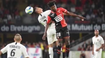 TENTANGAN SENGIT: Camavinga (kanan) bersaing dengan Thiago Silva ketika beraksi pada perlawanan Ligue 1 Perancis di Stadium Rosharon Park, Rennes kelmarin. — Gambar AFP