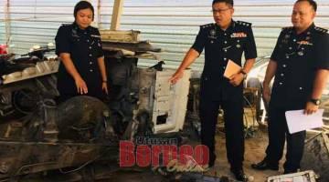 DITEMUI: Lim menunjukkan sebahagian rangka lori berjaya ditemui di Tukau, Bakam semalam.