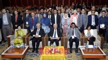 UNTUK ALBUM: Manyin (duduk, tengah) merakam kenangan bersama peserta ICEdDE 2019 yang berlangsung dari 19 hingga 22 Ogos ini di Kuching. —  Gambar Chimon Upon