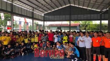 UNTUK ALBUM: Dr Abdul Rahman merakam kenangan pada Majlis Perasmian Pertandingan Bola Sepak Amoreena Youth Cup anjuran Pemuda PBB Ranting Sourabaya Ulu di Padang Futsal Komuniti SLPS Satok di Kuching baru-baru ini.