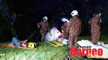 BANTUAN: Anggota EMRS memberikan rawatan awal kepada mangsa kemalangan sebelum dihantar ke hospital berdekatan.