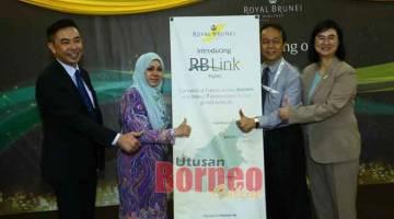 LANCAR:(Dari kiri) Phillip, Kartini, Bennedict dan Ai-Ling beraksi dengan gegantung sebagai simbolik pelancaran jualan penerbangan RB Link ke Bintulu dan Sibu.