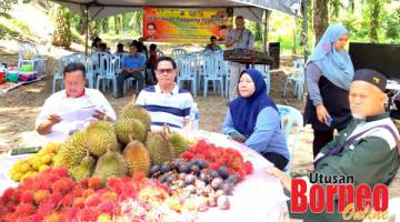 SOKONGAN: Saddi bersama isteri, Datin Mordiah Jambri Abdullah serta Jukrana (kanan) dan Awang Walid.