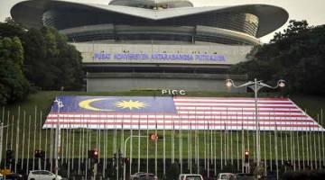 MEGAH: Jalur Gemilang gergasi yang terbentang megah pada bahagian bukit di hadapan Pusat Konvensyen Antarabangsa Putrajaya (PICC) antara tarikan terbaru pemandangan di Pusat Pentadbiran Kerajaan Putrajaya, semalam. — Gambar Bernama