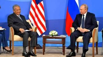 BERTENTANG MATA: Dr Mahathir (kiri) bersama Putin ketika mesyuarat dua hala antara kedua-dua negara sempena Forum Ekonomi Timur (EEF) kelima, semalam. — Gambar Bernama
