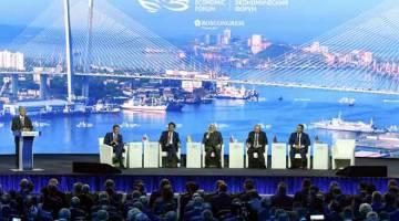 KERJASMA ERAT: Dr Mahathir menyampaikan ucapannya pada sesi pleno Forum Ekonomi Timur Ke-5 (EEF) di Kampus Far Eastern Federal University (FEFU) Campus kelmarin.Turut hadir Presiden Vladimir Putin (dua kanan), Perdana Menteri India, Narendra Modi (tiga kanan), Perdana Menteri Jepun, Shinz Abe (empat kanan) dan Presiden Mongolia, Khaltmaagiin Battulga (kanan).  — Gambar Bernama