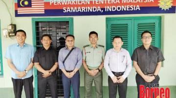 KENANGAN: Penulis (dua kanan) bergambar bersama Pegawai Perhubungan Tentera Malaysia di Samarinda, Kapten Kamarul Ariffin Ajhman (tiga kanan), Saibi (tiga kiri) dan Jeremy (kanan). Turut kelihatan dua anggota tentera, Kpl Saham Yak (dua kiri) dan Kpl Esron Laidin (kiri) ketika kunjungan ke pejabat MMLO Samarinda semalam.