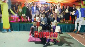 UNTUK ALBUM: Para pemenang dan peserta Konsert Final SMKeta Idol merakam gambar kenangan bersama guru-guru dan juri pertandingan.