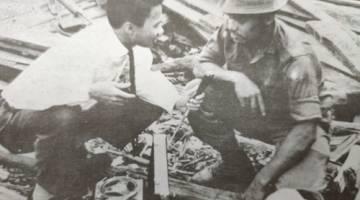 DEMI TUGAS: Affandi menemu bual anggota Angkatan Tentera Malaysia (ATM) di Kampung Sejingkat.