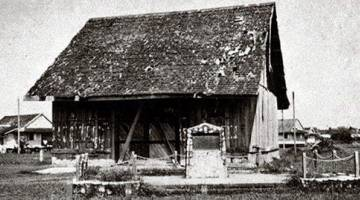 PERINGATAN: Tugu ulang tahun ke-100 Council Negeri di tapak asal mesyuarat pertama yang diadakan di sebuah bangunan kayu kecil pada 1867.