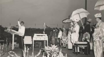 DETIK BERSEJARAH: Tunku Abdul Rahman Putra Al-Haj melaungkan 'Merdeka' sebanyak tujuh kali diselang seli laungan rakyat yang hadir selepas tamat membaca pemasyhuran Malaysia pada 17 September, 1963. - Sumber Arkib Negara