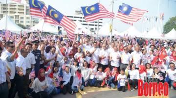 BERSEMANGAT: Khalid, Zaitun, Rozman, Amir dan Fary merakam kenangan bersama peserta Sambutan Hari Malaysia 2019 Peringkat Wilayah Persekutuan Labuan di Dataran Labuan.
