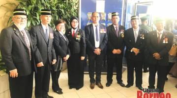 KENANGAN: Ahmad (tiga kiri) merakamkan gambar kenangan bersama sahabat Veteran ATM semasa menghadiri Sambutan Hari Pahlawan Peringkat Negeri Sabah.