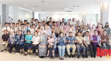 ALBUM KENANGAN: Zulainahwaty  (tujuh kanan) dan Jijah (enam kiri) bersama pihak ASB dan guru-guru serta calon SPM 2019 yang mengikuti Program Motivasi Kerjaya SPM di ASB Complex Function Hall, baru-baru ini.