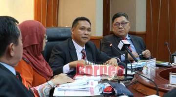 NENTUKA DUIT DIKENA MANAH: Aidel (dua kanan) dalam aum pengarang berita pengudah tembu Aum PAC Sarawak ke-53, kemari.