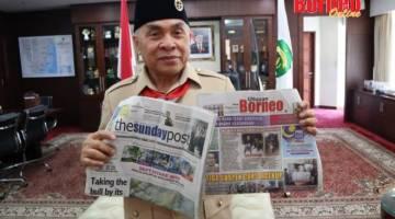 Isran menunjukkan Utusan Borneo dan The Sunday Post (The Borneo Post) ketika diwawancara secara eksklusif.