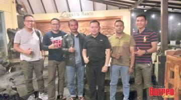 KENANGAN: Wartawan Utusan Borneo dan The Borneo Post bergambar dengan Mejar Fadzlin (tiga kiri) selepas makan malam di restornag pinggir laut di kota Balikpapan.