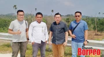 KENANGAN: Kumpulan wartawan Malaysia, Lichong (dua kanan), Jeremy (kiri) dan Saibi (kanan) bergambar bersama Staf Biro Humas Setda Provinsi Kaltim, Samsul Arifin (dua kiri) di Samboja, Kilometer 46, lokasi tempat Presiden Jokowi berdiri ketika meninjau lokasi cadangan ibukota baharu Indonesia itu.