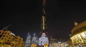 CIPTA SEJARAH: Gambar diambil kelmarin menunjukkan                          Burj Khalifa, bangunan pencakar langit tertinggi di dunia, memaparkan imej Mansoori yang mencipta sejarah sebagai orang Arab pertama sampai ke ISS. — Gambar AFP