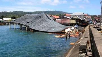 MUSNAH: Bangunan pasar tradisional musnah selepas gempa bumi berukuran 6.5 melanda                    Ambon di Kepulauan Maluku, Indonesia semalam. — Gambar Antara Foto/Reuters