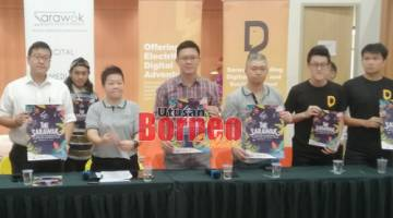 (Dari kiri) Lau, Ting dan Ling menunjukkan poster Pertandingan Klip Video Pendek Sarawak hari ini.