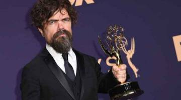 MENANG LAGI: Peter Dinklage menang anugerah Emmy pelakon pembantu terbaik yang keempat untuk lakonannya sebagai Tyrion Lannister dalam 'Game of Thrones'. — Gambar AFP