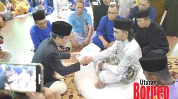 AKHIRI ZAMAN BUJANG: Abam Shaff melansungkan pernikahannya dengan Aisah di Masjid Daerah Sandakan.