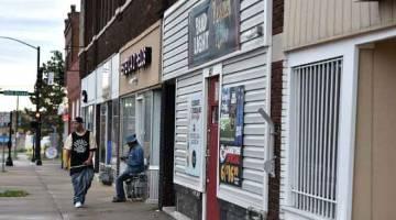 KEGANASAN: Keadaan di sekitar kaki lima bar Tequila KC di mana sembilan orang ditembak di Kansas City, Kansas awal kelmarin. — Gambar AFP