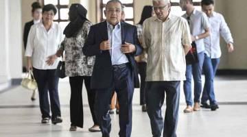 HADIRI PERBICARAAN: Mohd Isa hadir pada hari pertama perbicaraan kes yang dihadapinya membabitkan rasuah lebih RM3 juta berhubung kelulusan pembelian sebuah hotel di Kuching, Sarawak, oleh Felda Investment Corporation Sdn Bhd (FICSB) di Mahkamah Tinggi Kuala Lumpur semalam. — Gambar Bernama
