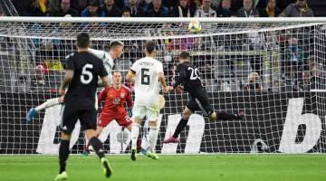 TEPAT KE SASARAN:  Alario (kanan) menanduk masuk gol pertama buat Argentina pada perlawanan persahabatan antarabangsa menentang Jerman di Dortmund, Jerman kelmarin. — Gambar AFP