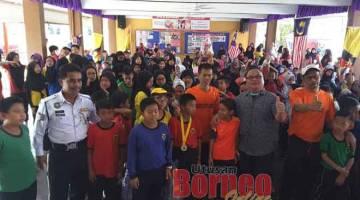 MERIAH: Para tetamu jemputan beraksi dengan murid SK Muara Tebas yang menyertai jogathon baru-baru ini.