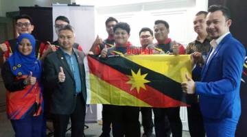 Snowdan (dua kiri) bersama pasukan Sarawak yang akan bertanding pada kejohanan sukan elektronik di Kuala Lumpur pada 12 dan 13 Oktober ini. Turut kelihatan Afiq (kanan).