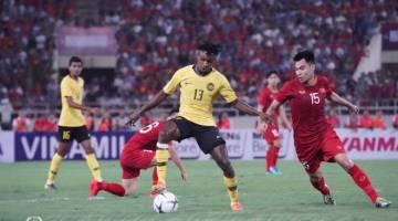 Antara aksi perlawanan antara skuad Malaysia dan Vietnam malam tadi. - Gambar FB Persatuan Bolasepak Malaysia.
