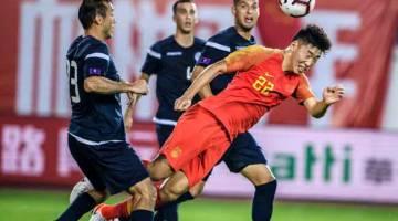 PENUH SAINGAN: Sebahagian daripada babak-babak aksi perlawanan Kelayakan Piala Dunia 2022 Zon Asia di antara China dan Guam di Guangzhou, China. — Gambar AFP