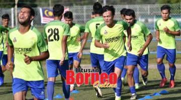 MENGEJAR MISI: Pemain-pemain Kuching FA berikrar mengejutkan pendahulu Liga M3, Kelantan United di Stadium Sarawak, Petra Jaya Kuching malam ini.