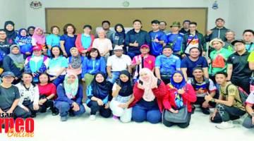 KENANGAN: Warga JPANS yang menyertai program Retreat merakam gambar kenangan bersama para tetamu kehormat
