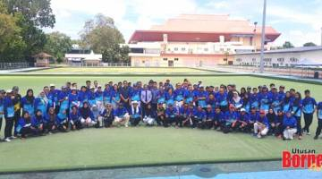 PESERTA: Peserta kejohanan boling padang Sabah Open Pairs 2019 bersama Arunarnsin selepas majlis perasmian di gelanggang boling padang KSKK semalam.