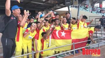 JUARA: Reaksi juara B12, ATPP Shah Alam selepas majlis penyampaian hadiah.